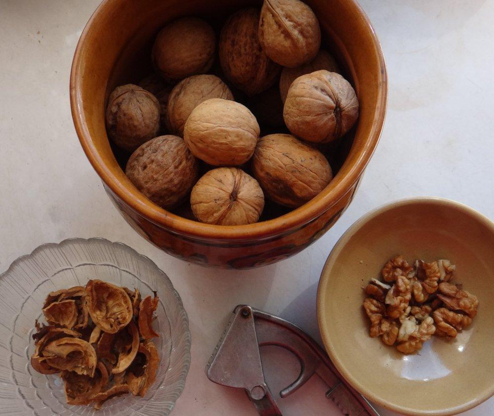 Чистим грецкий орех